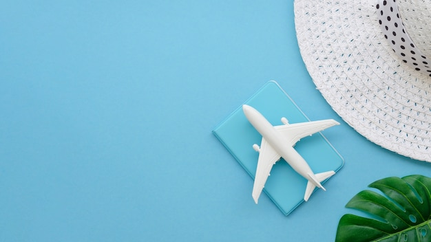 Copy-space hoed met vliegtuig en paspoort
