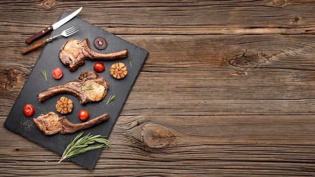 Copy-space houten plank met gekookt vlees