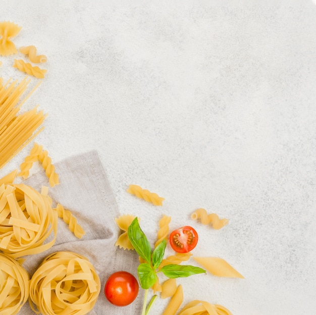 Copy-space italiaanse pasta en tomaten