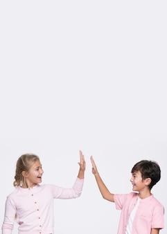 Copy-space jonge broers en zussen geven high five