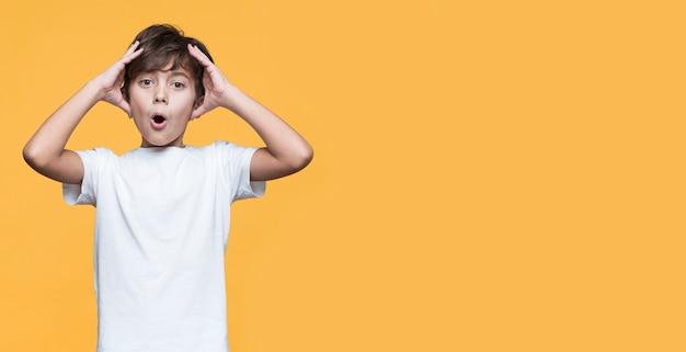 Copy-space jonge jongen bezorgd