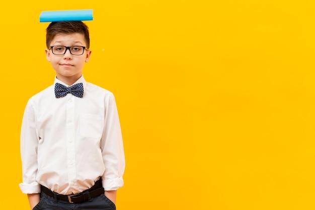 Copy-space jongen met boek aan de voorkant