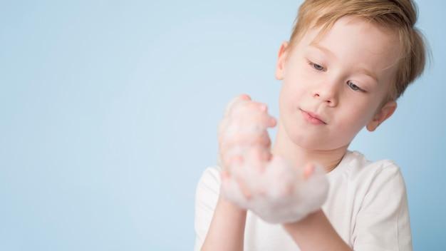Copy-space jongen met schuim op handen