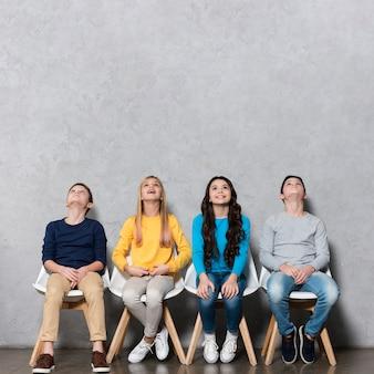 Copy-space kinderen zitten op stoelen