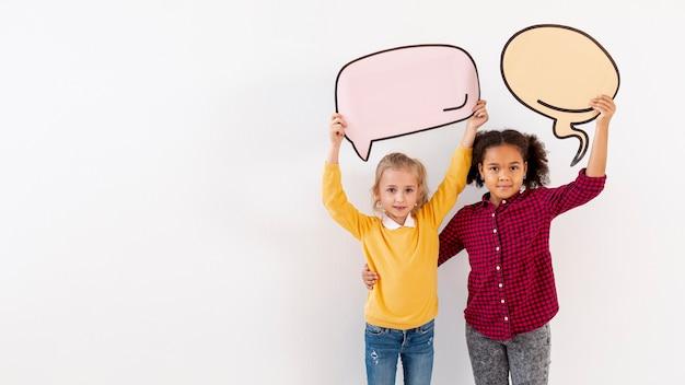 Copy-space kleine meisjes houden van chat bubbels