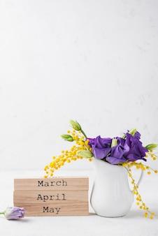 Copy-space lentemaanden en bloemen in vaas