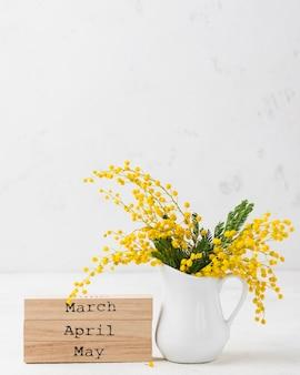 Copy-space lentemaanden en bloemen