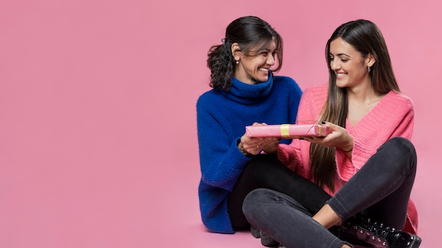 Copy-space meisje dat gift geeft aan moeder