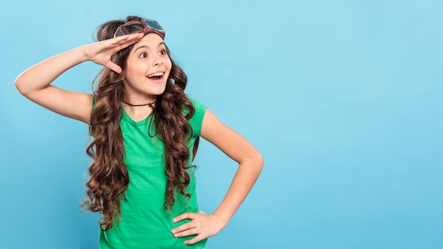 Copy-space meisje met pilotenbril