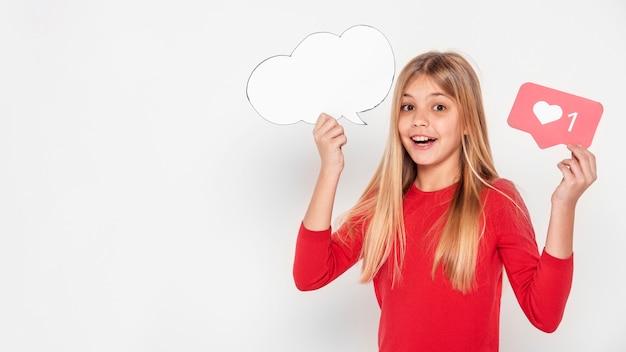 Copy-space meisje met praatjebel