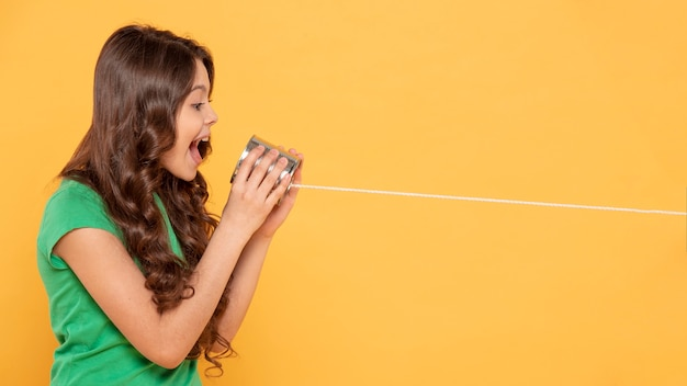 Copy-space meisje speelt met walkie talkie