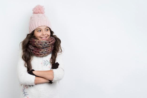 Copy-space meisje winter kleding dragen met gekruiste armen
