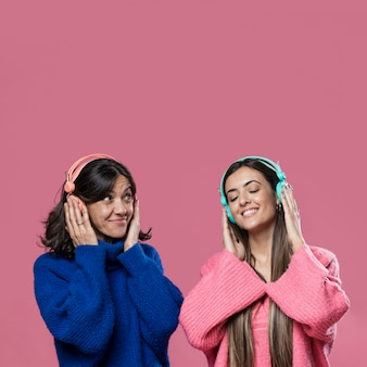 Copy-space moeder en dochter luisteren muziek