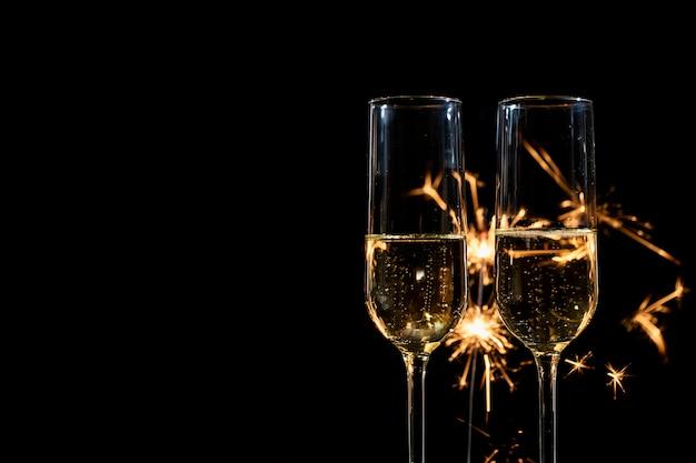Copy-space nieuwjaarsfeest met vuurwerk en champagne