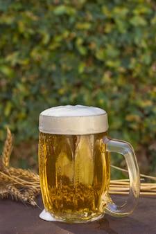 Copy-space pint met schuimend bier op tafel