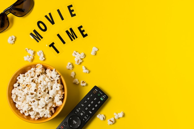 Copy-space popcorn en afstandsbediening voor tv