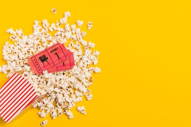 Copy-space popcorn en bioscoopkaartjes