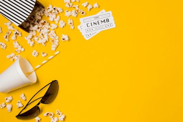 Copy-space popcorn en glazen voor film