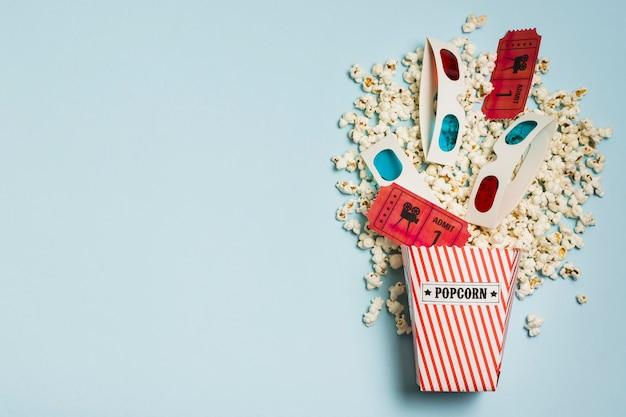 Copy-space popcorn met bioscoopkaartjes