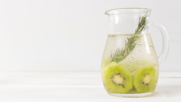 Copy-space pot met kiwi drankje