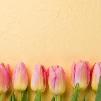 Copy-space roze tulpen op tafel