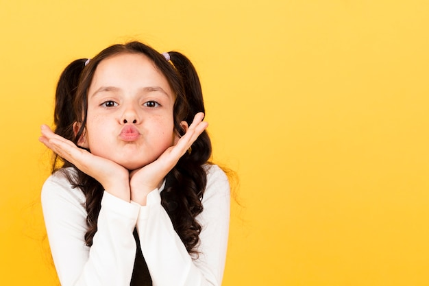 Copy-space schattig klein meisje kus pose