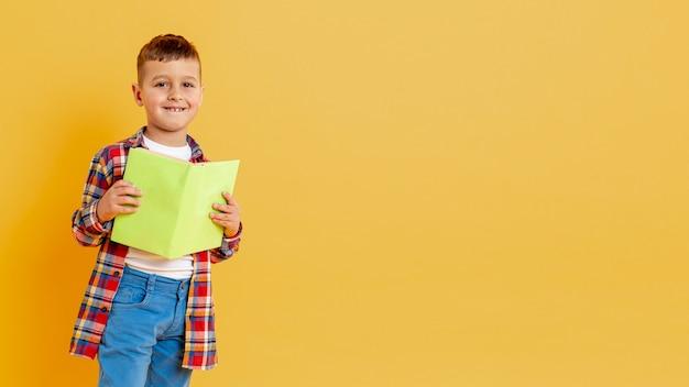 Copy-space schattige jongen met boek