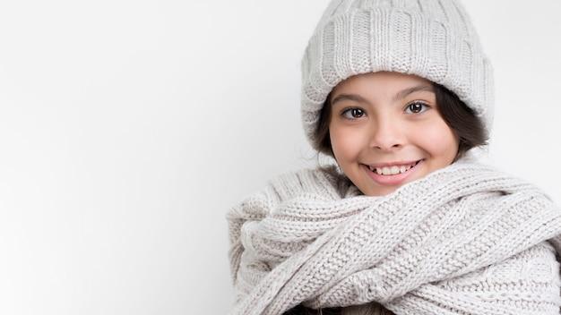 Copy-space smiley meisje draagt hoed en sjaal