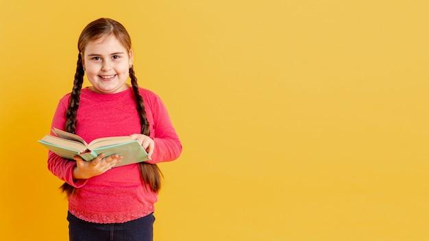 Copy-space smiley meisje lezen