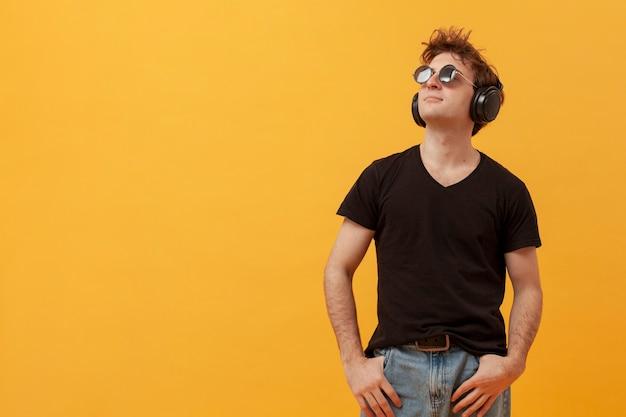 Copy-space tiener met koptelefoon