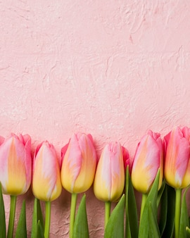 Copy-space tulpen uitgelijnd op tafel
