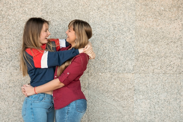 Copy-space twee jonge vrouwelijke knuffelen