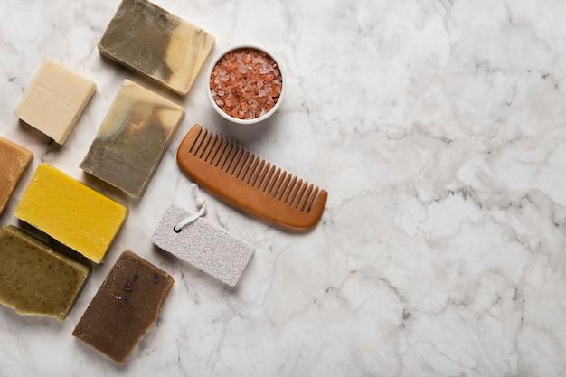 Copy-space verschillende soap met bosy tools