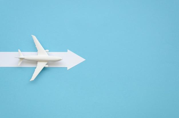 Copy-space vliegtuig met richting voor richting