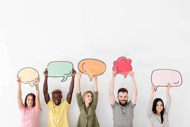Copy-space vrienden houden in lucht chat zeepbel
