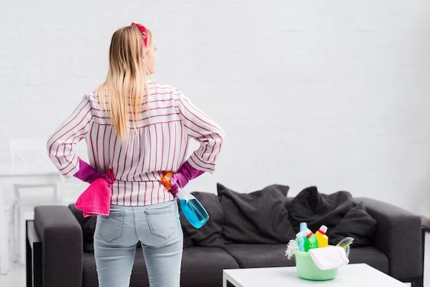 Copy-space vrouw bereid om schoon te maken