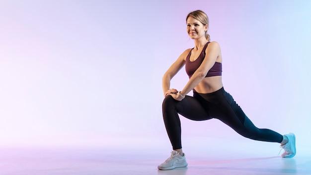Copy-space vrouw die zich uitstrekt voordat trainen