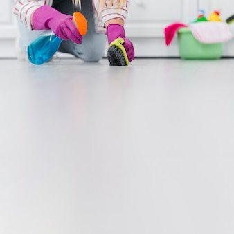 Copy-space vrouw schoonmaak vloer