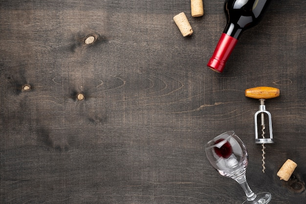 Copy-space wijnfles met glas en kurkentrekker