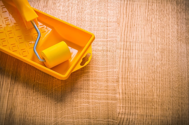 Copyspace afbeelding gele verfroller in kan op een houten bord