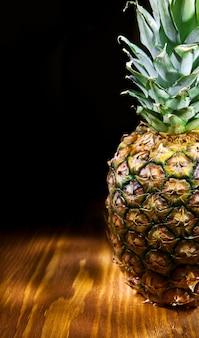 Copyspace-weergave van ananas op een houten bord