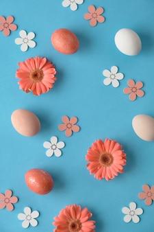 Coral gerbera daisy bloemen en ambachtelijke papper boodschappentassen op groen papier