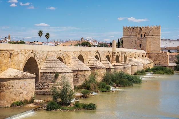 Cordoba, spanje. de romeinse brug en de calahorra-toren.