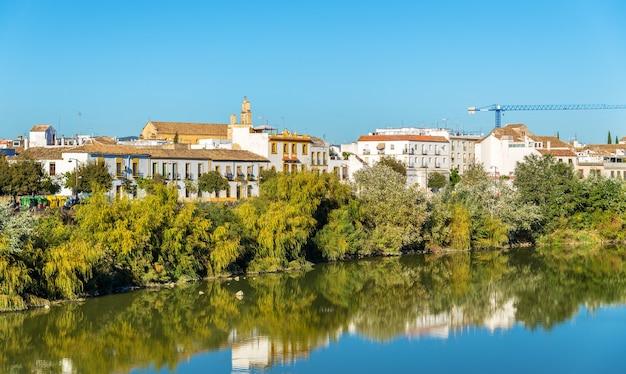 Cordoba stad boven de rivier de guadalquivir in andalusië, spanje