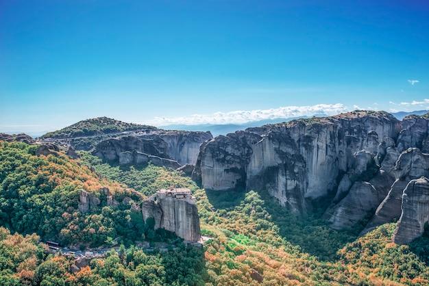 Corfu-eiland in de ionische zee. griekenland. uitzicht op het prachtige landschap van groene bergen met bomen en struiken in zonnige dag, blauwe lucht zonder wolken.