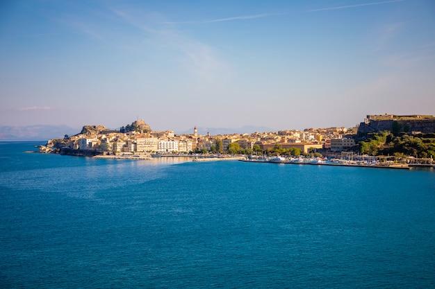 Corfu-stadsmening van het water, griekenland