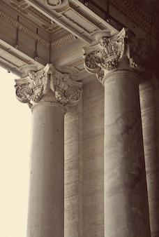 Corinthische zuilen van st. peter's basiliek in vaticaan