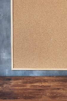 Cork board frame op betonnen geschilderde muur achtergrond textuur oppervlak