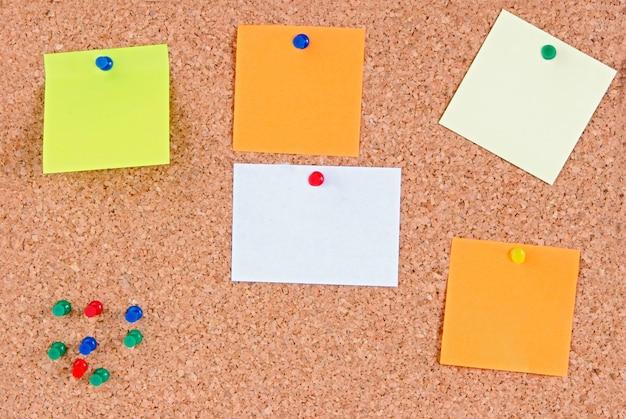 Cork prikbord met nota's in spatie