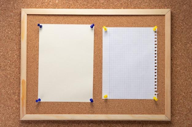 Corkboard en geheugenpapier op kurk achtergrondstructuur